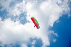 Skydiver op Kleurrijk Valscherm in Blauwe Hemel Actieve Hobbys royalty-vrije stock afbeelding