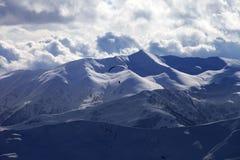 Skydiver på molniga berg för afton Royaltyfria Bilder
