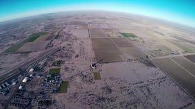 Skydiver profissional que salta de paraquedas no céu azul acima do Arizona País de Sandy vídeos de arquivo