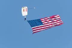 Skydiver przynosi usa flaga puszek przedstawienie Fotografia Stock