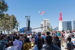 Skydiver przynosi usa flaga puszek przedstawienie Obrazy Stock