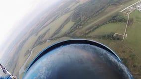 Skydiver que se lanza en paracaídas en cielo sobre tierra verde Actividad extrema del deporte adrenalina metrajes