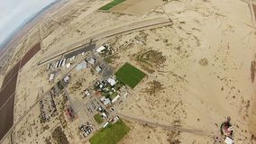 Skydiver som hoppa fallskärm i himmel över sander av Arizona extremt adrenalin sport lager videofilmer