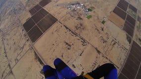 Skydiver som hoppa fallskärm i molnig grå himmel extremt adrenalin Ovanför arizona arkivfilmer