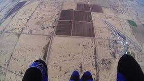 Skydiver som hoppa fallskärm i molnig grå himmel extremt adrenalin Ovanför arizona lager videofilmer
