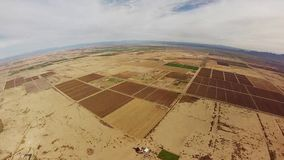 Skydiver som hoppa fallskärm i ovannämnda sander för himmel av Arizona extremt adrenalin höjd stock video