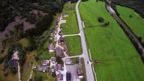 Skydiver som hoppa fallskärm ovanför berg som täckas av gröna träd landning extremt arkivfilmer