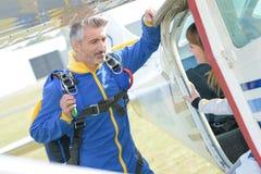 Skydiver som talar till klienten Arkivfoton