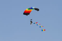 Skydiver z Romanian Flaga przez chmur Obraz Stock