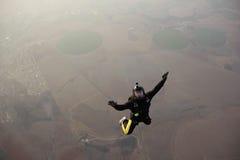 Skydiveren hoppar från en nivå Royaltyfri Foto
