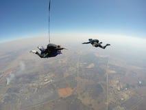 Skydiverfilmtandemcykeln hoppar med fritt fall Arkivbild
