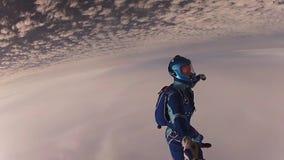 Skydiverfliegen im bewölkten Himmel am Abend Extremer Sport schwerpunkt flug stock footage