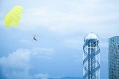 Skydiverfliegen mit einem Fallschirm Freiheit, extrem, Sport lizenzfreie stockbilder
