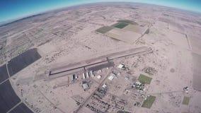 Skydiverflugan hoppa fallskärm på ovanför Arizona flyg solig dag Extremt flyg lager videofilmer