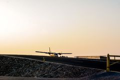Skydivers που προετοιμάζεται να ρίξει με αλεξίπτωτο από ένα αεροπλάνο στο Ντουμπάι στοκ εικόνες