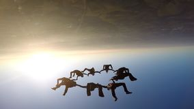 Skydivers στο ηλιοβασίλεμα φιλμ μικρού μήκους