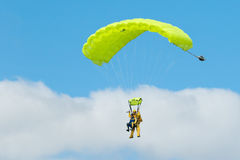 2 skydivers выполняя skydiving с парашютами Стоковая Фотография RF