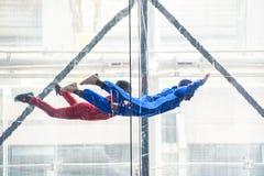 Skydivers в крытой аэродинамической трубе, освобождают имитатор падения стоковые изображения rf