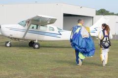 Skydivers подготавливая поскакать стоковое фото