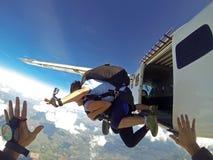 Skydivers скача от плоской точки зрения Стоковое Изображение RF
