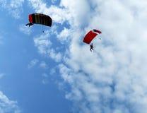 Skydivers скачут от самолета в небе Стоковые Фотографии RF