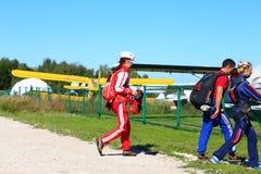 Skydivers bereit, zu den Flugzeugen gegen eine gelbe Fläche zu springen und zu gehen stockfotos