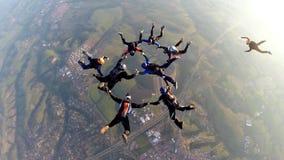 Skydivers bij de zonsondergang stock footage
