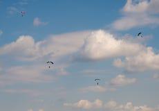 Skydivers contra el cielo foto de archivo