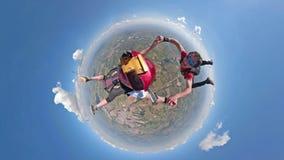 Skydivers, die kleine Planetenansicht des Spaßes haben lizenzfreie stockfotografie