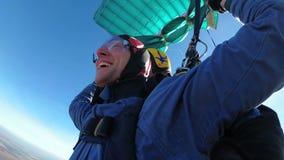 Skydivers, die in Tandem unter den offenen Fallschirm fliegen stock video