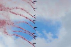 Skydivers en la formación imagenes de archivo