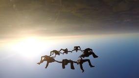 Skydivers en la puesta del sol metrajes