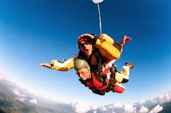 Skydivers en tándem en la acción Imágenes de archivo libres de regalías
