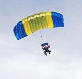 Skydivers en tándem Imagenes de archivo