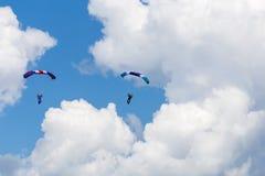 Skydivers entre las nubes y el cielo azul Fotos de archivo libres de regalías