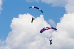 Skydivers entre las nubes y el cielo azul Fotografía de archivo
