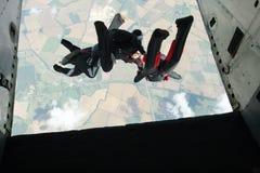 skydivers för flygplanutgångsgrupp Arkivbild