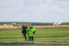 skydivers met valschermen na sprong Stock Fotografie