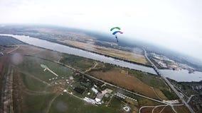 Skydivers mit bunter Fallschirmbalance im Himmel Extremer Sport schwerpunkt stock video footage