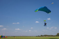 Skydivers parachutist on blue sky on sunset Royalty Free Stock Photos
