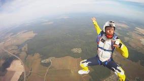 Skydivers próby chwyta ręki w chmurnym niebie, komarnica nad flatland formacja ekstremum zbiory