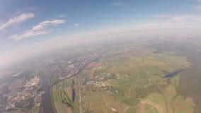 Skydivers profesionales en el uniforme que cae en cielo Manía extrema Lleve a cabo la balanza metrajes