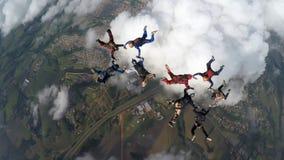 Skydivers que hacen dos círculos imagen de archivo libre de regalías