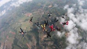 Skydivers que saltan el avi?n almacen de video