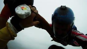 Skydivers skaczą od samolotowej komarnicy w niebie nad flatland ręk target917_1_ formacja zbiory
