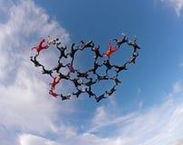 Skydivers som rymmer sikt för låg vinkel för händer Arkivbilder