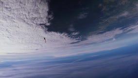Skydivers team i enhetlig fristil som faller i himmel Extremt jippo höjd stock video