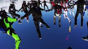 Skydivers team i likformig gör bildande i himmel Moln Extremt jippo hastighet arkivfilmer
