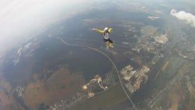 Skydivers trzyma ręki latają w chmurnym niebie słoneczny dzień formacja Krańcowy wyczyn kaskaderski zbiory