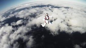 Skydiversfristil i molnig himmel solig afton adrenalin gå för litet barn för solnedgång för holding för hand för trädgård för bar stock video